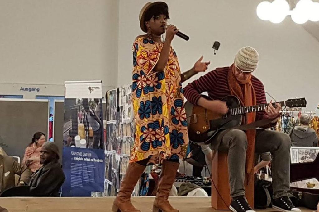 Lucie mit DJ Frank singt afrikanische Lieder